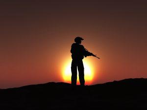 Silhueta de um soldado no pôr do sol