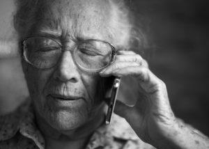 Mulher idosa falando ao celular