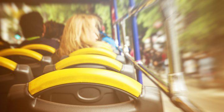 vista do interior de um ônibus, com a sensação de alta velocidade na janela