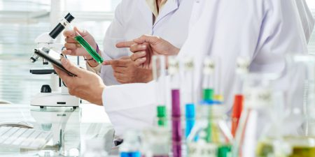 Químicos realizando experimento no laboratório