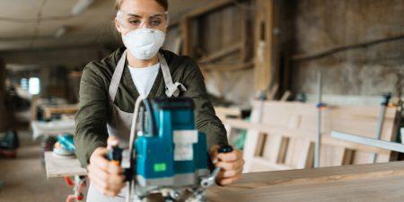 Mulher usando uma máscara para proteção respiratória
